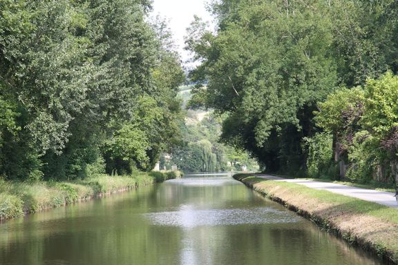 A pretty stretch of the Nivernais canal