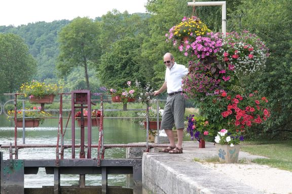 Lock at La Place, Peter helping with the gates