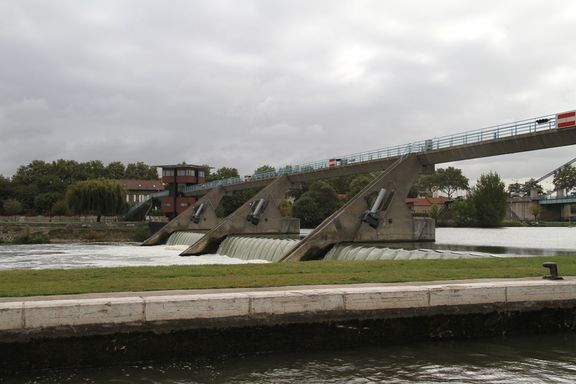 Barrage next to the lock