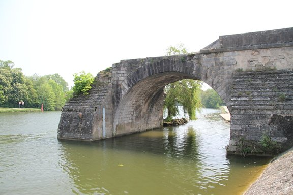 Old bridge at Pont sur Yonne