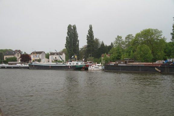 Huge barges at St Mammes