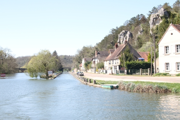 Limestone cliffs along the Canal