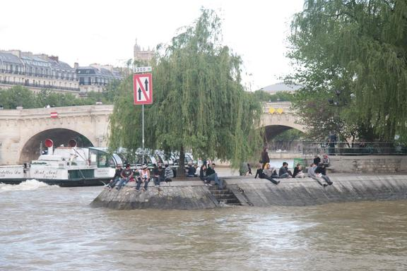 A real crowd on the end of Isle de la Cite